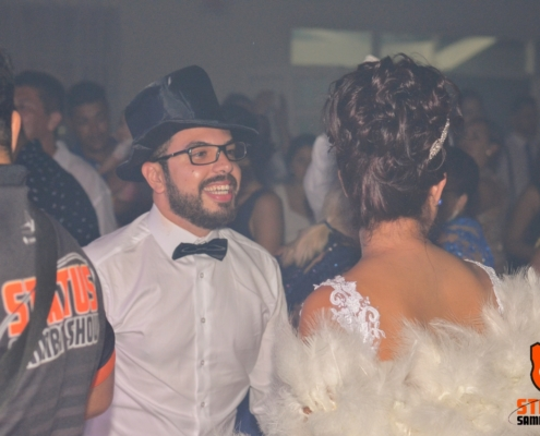 Noivo e Noiva Curtindo um Samba