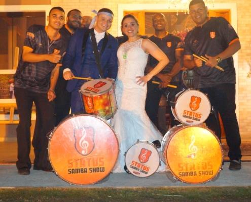 Casal Junto com Bateria de Escola de Samba
