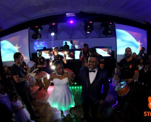 Casal caindo no samba