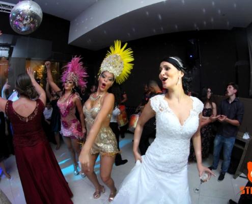 Noiva Sambando com passistas