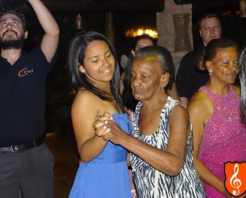 Convidados caindo no samba