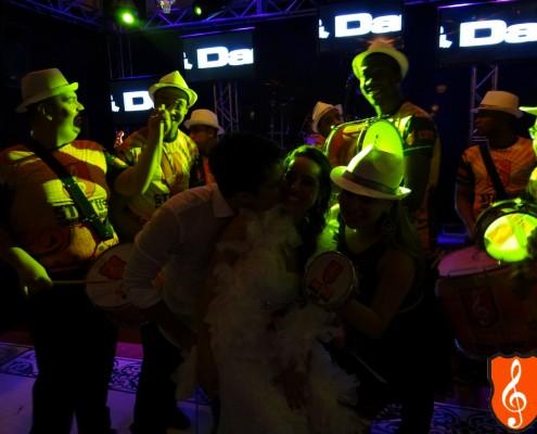 Noivos Com Bateria de Escola de Samba