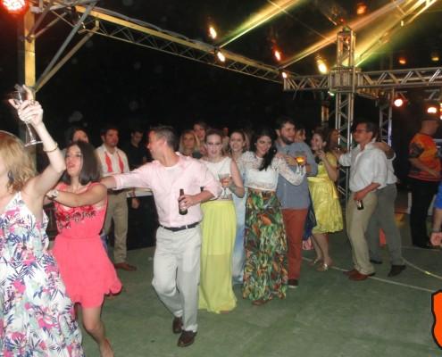 Convidados em festa de casamento caindo no samba