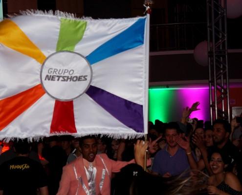 Mestre Sala e Porta Bandeira com bandeira personalizada