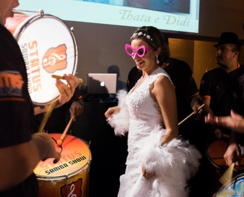 Noiva Curtindo ritmo da Bateria do Status Samba Show