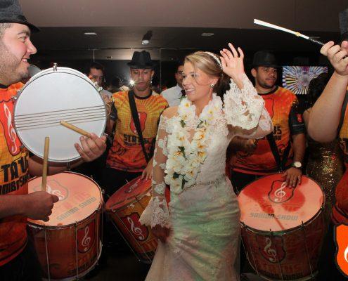 Noiva Marcela junto com bateria