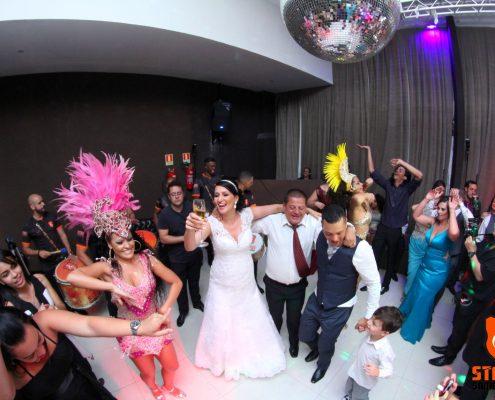 Casal com Mulatas em Festa de Casamento