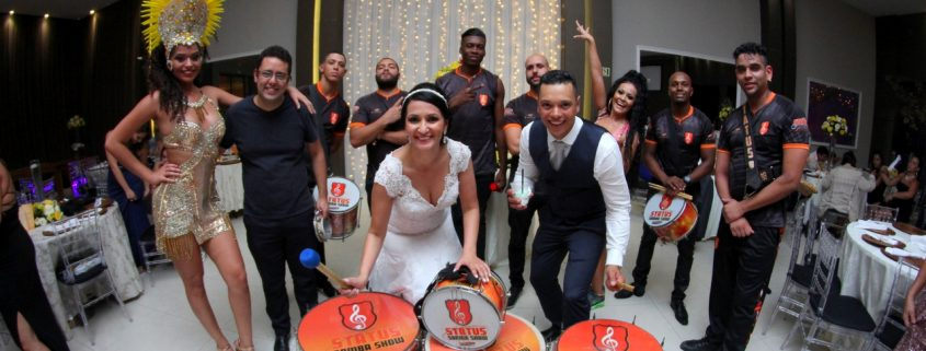 Casal e Bateria de escola de samba em espaço tenor mandaqui