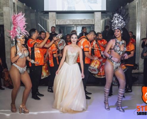 Maria Fernanda junto com Nathany Piemonte e Jessica Bueno sambando junto com bateria