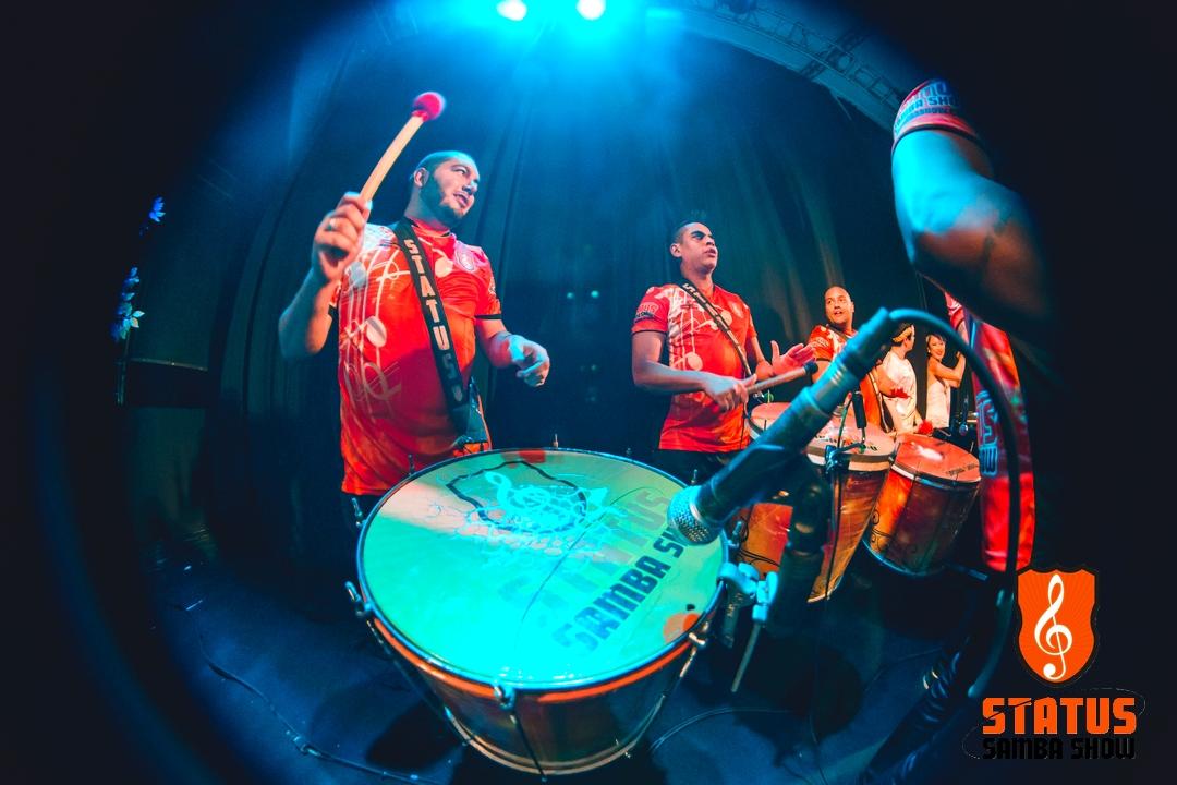 Gabriel, Diogo Negreiros e Bruno Breton tocadores de surdos
