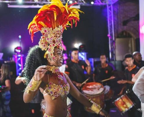 Mulata Aritha samba ao som da bateria Status Samba Show