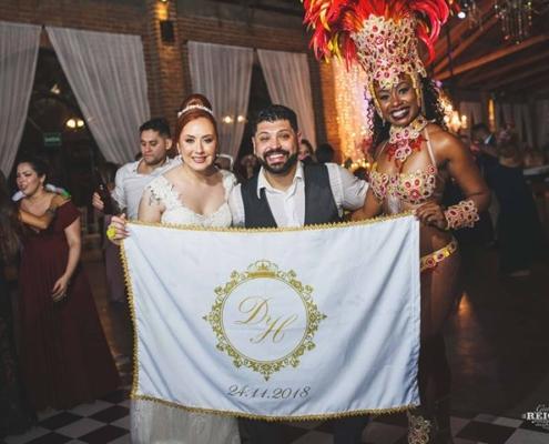 Daiane e Herson junto com Mulata Aritha com bandeira prsonalizada