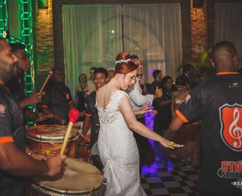 Noiva curtindo apresentação de Samba Show